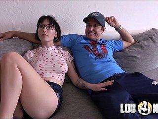 Hure Frau Sara Luvv wird vor ihrem Cuckold hart gefickt