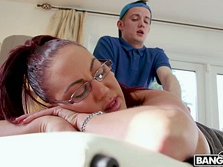 Bloodshed hot milf Emma Butt enjoys prospect housebound with an increment of banging young masseur
